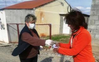 Галина Келехсаева раздала маски в подарок населению в Шавшвебском посёлке беженцев