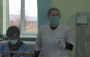 Медсестра, ведущая борьбу с ковидом возле разделительной линии