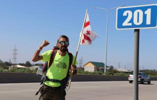 Гражданский активист Гига Макарашвили начинает акцию пешего шествия из Гори
