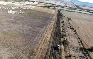 Российские военные провели борозды на расстоянии 300 метров от автобана