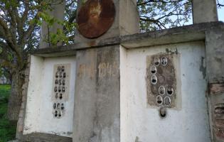 Мемориал в Атоци, который учитель истории посвятил участникам войны