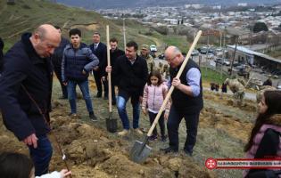 В дань уважения памяти погибших героев на горе Квернаки было посажено 169 саженцев миндаля